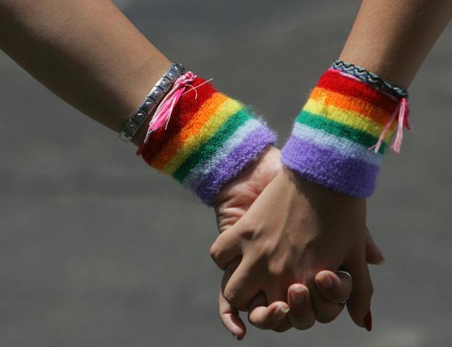 Teme che la figlia sia lesbica e le «presta» l'amante: condannata