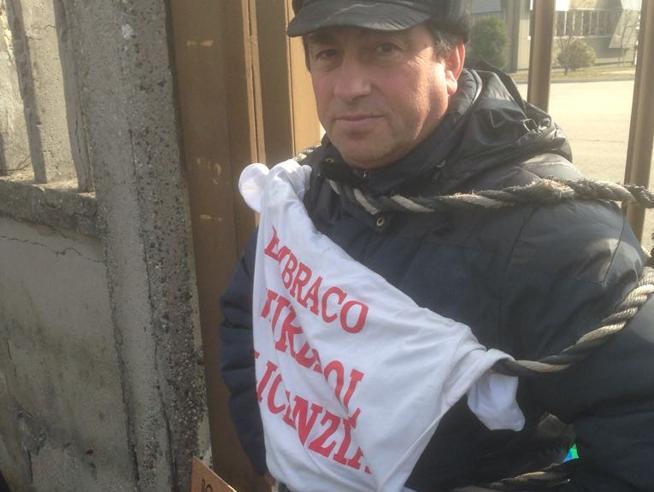 Embraco,operaio si incatena ai cancelli: «È la mia fabbrica» Video