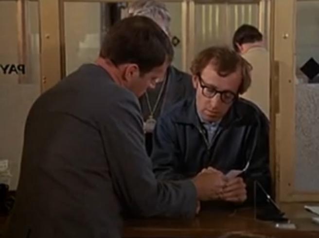 Come Woody Allen: va in banca,  litiga col cassiere e tenta la rapina