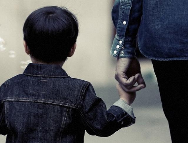 A 11 anni resta a casa da solo per venti minuti: genitori a processo
