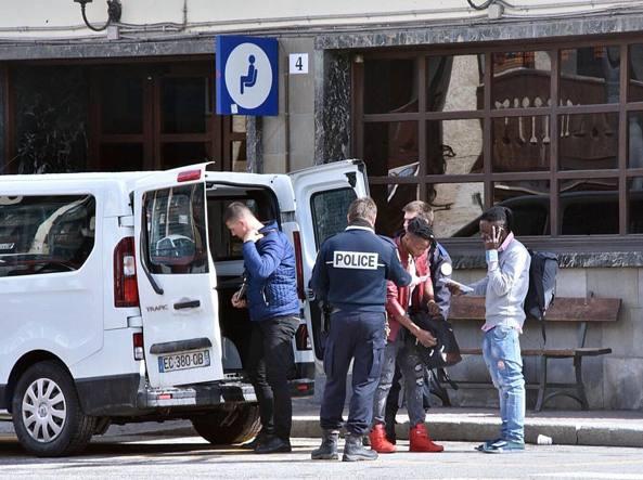 Migranti via da un furgone della gendarmeria francese al confine. Salvini: 'Chiarire'