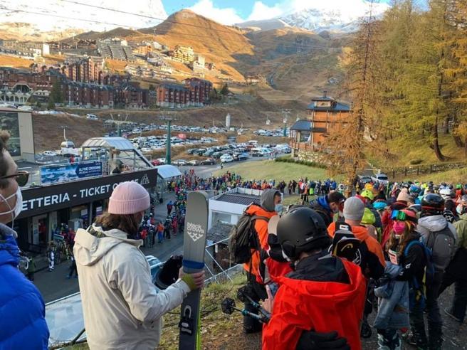 Sciatori ammassati nella funivia a Cervinia: il video