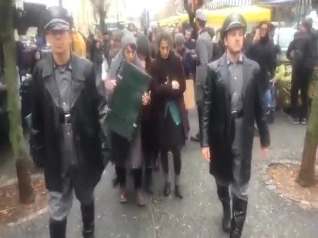 SS e deportati tra le bancarelle del mercato - Il  video|Le foto