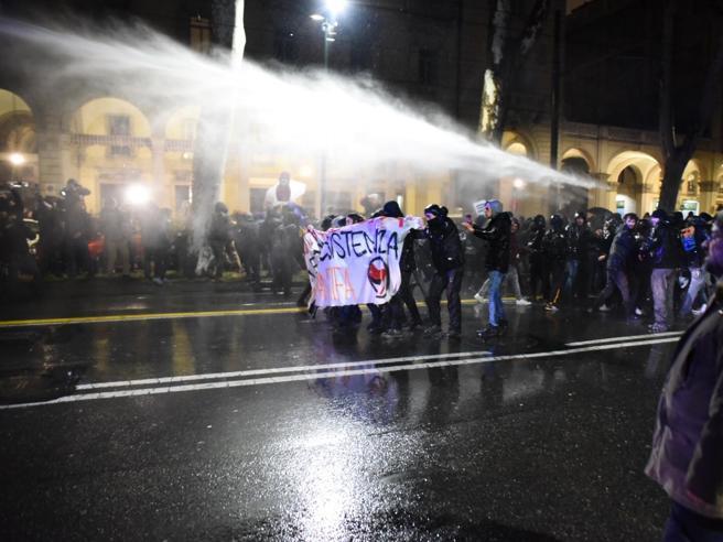 «No a Casapound», a Torino pietre dai centri sociali contro