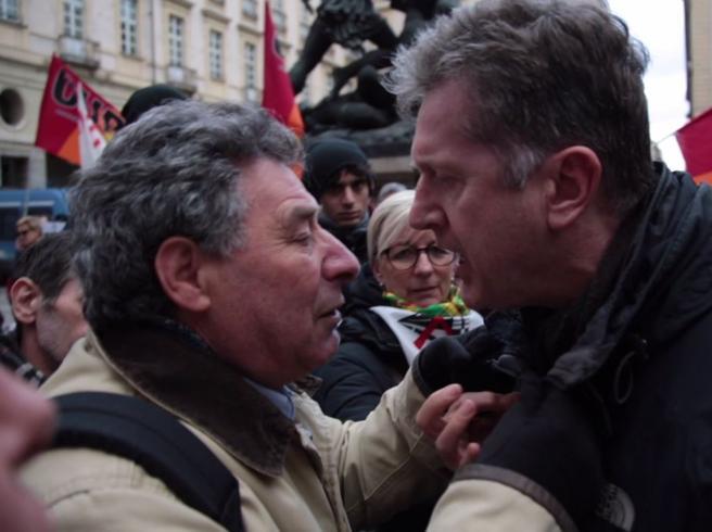 Torino, tra insulti  e  rivolte il M5S si spacca sulle OlimpiadiE il vicesindaco litiga in piazza