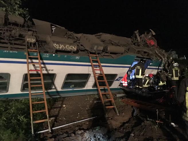 Provincia di Torino, treno centra un Tir e deraglia: un morto e 15 passeggeri feriti