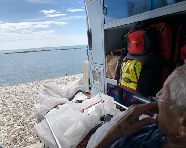 Anziano chiede di vedere il mare e l'ambulanza si ferma sulla spiaggia