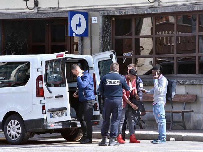 Il Viminale  accusa: «Migranti scaricati dai gendarmi franc
