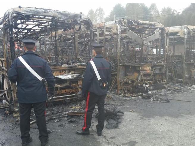 Torino, brucia e distrugge 7 autobus. «Non mi facevano salire senza biglietto»