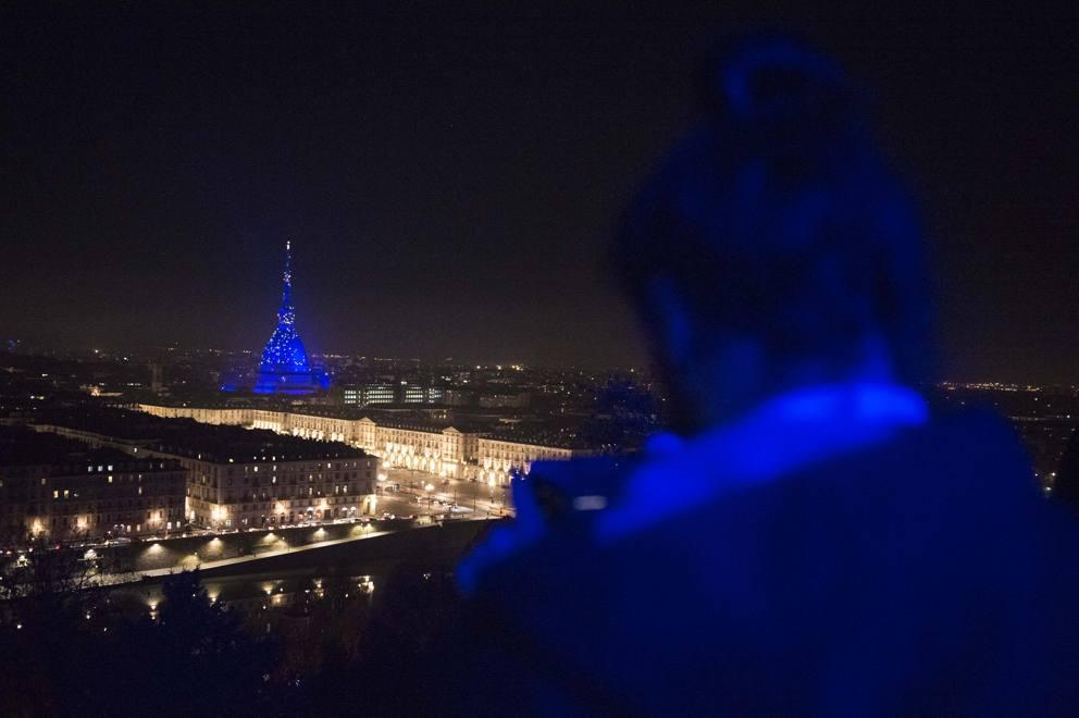 Torino la mole in blu elettrico per natale: la nuova illuminazione