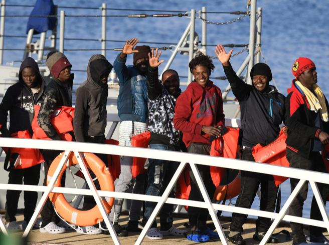Sea Watch, 10 migranti in Piemonte. Fratelli d'Italia: «Non li vogliamo»