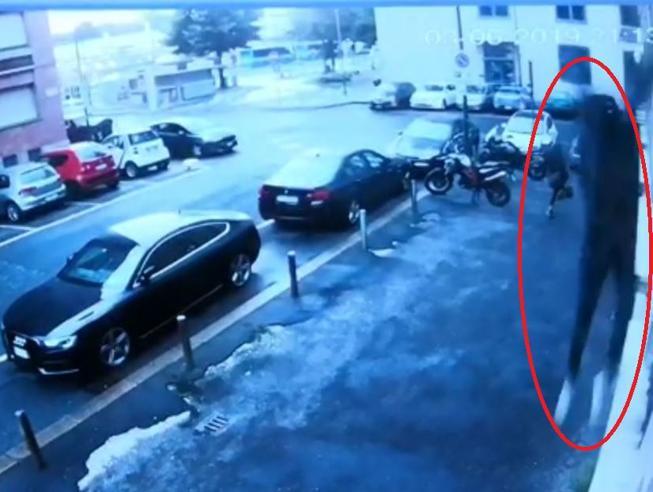 Torino, si lancia dalla finestra della Questura: la fuga in un video