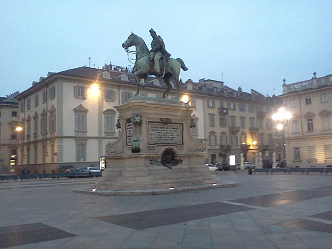 Torino, per un selfie estremo sale sulla statua e cade: grave 23enne