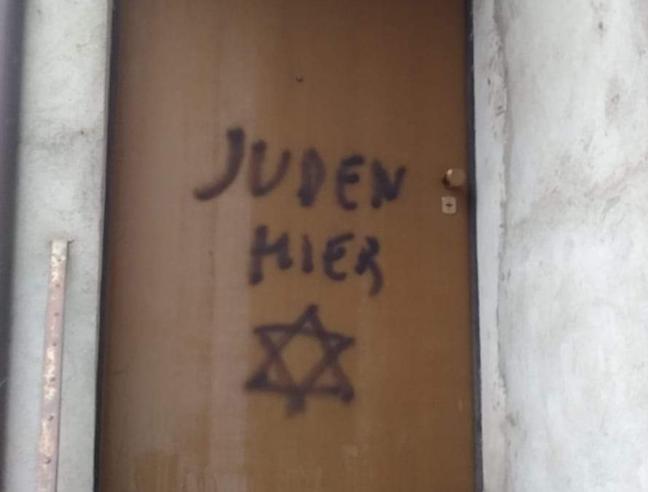Mondovì, la scritta «Qui ebrei» sulla casa del figlio di una ex deportata
