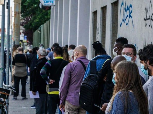 Torino, lunga fila per pagare le multe in via Bologna ...