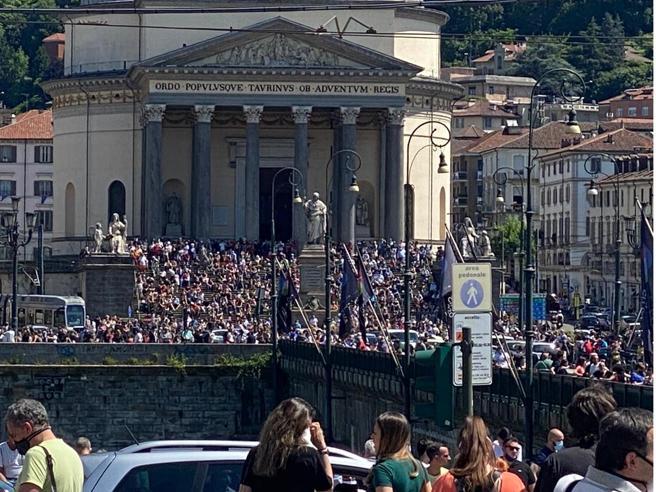Frecce tricolori su Torino, assembramenti in strada   (e nessun controllo)