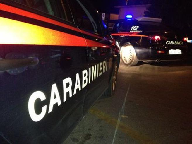 Evade per aggredire la ex ma lei riesce a fuggire: salvata dai carabinieri