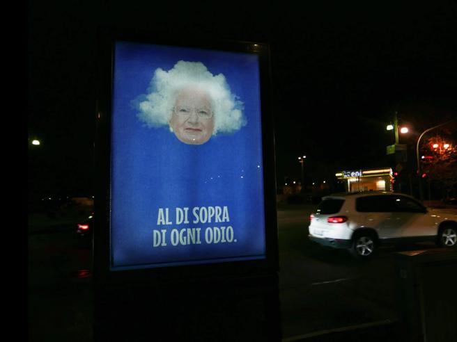 Minacce a Liliana Segre, Andrea Villa le dedica i poster «Al di sopra di ogni odio»