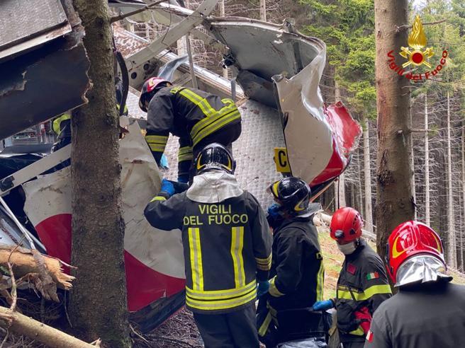 Funivia Mottarone, lo choc dei soccorritori: «Ricomponevamo le salme, i cellulari squillavano ancora»