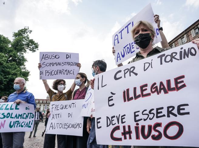 Torino, centinaia in piazza per il migrante suicida: «Nei Cpr una voragine di disumanità»