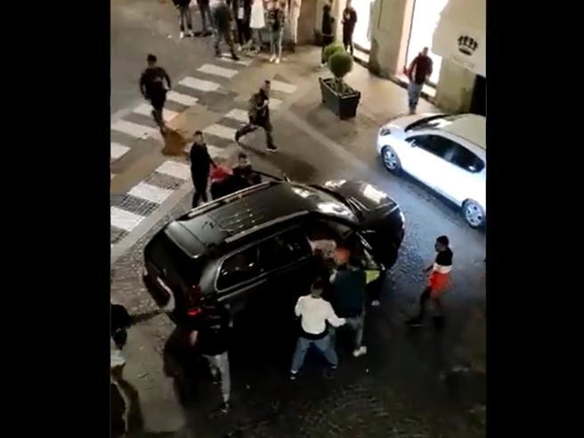 Bra, botte in pieno centro. Crosetto (FdI): «Non siamo a Caracas»