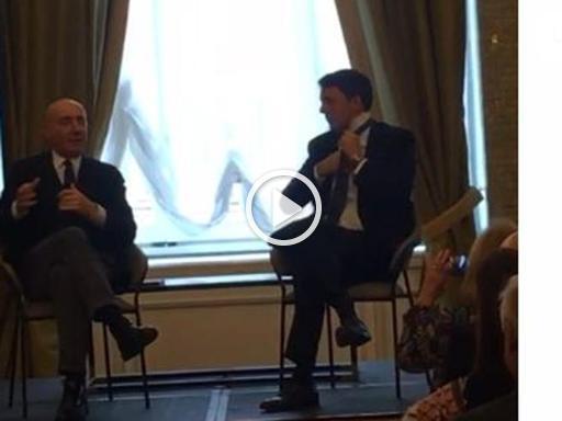 Torino, Renzi e la cravatta: nodo in freestyle sul palco del convegno - Corriere della Sera