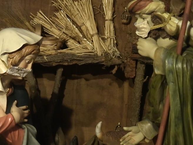 Covid, nel presepe del Duomo di Torino Giuseppe e Maria indossano la mascherina