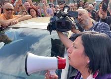 Il comizio negazionista di Chivasso: in 200 davanti al bar Torteria chiuso dai carabinieri
