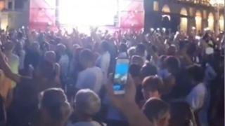 Torino, folla in piazza Castello contro il Green pass