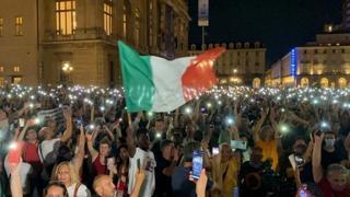 Torino, centinaia di persone in piazza per protestare contro il Green pass