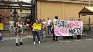 Torino, blitz dei No Vax contro il Generale Figliuolo: «Giù le mani dai bambini»