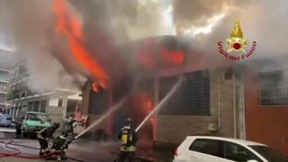 Torino, incendio in un magazzino di forniture edili