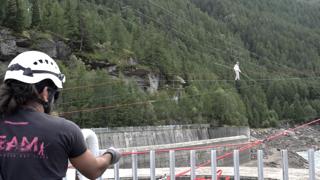 Il funambolo Andrea Loreni «sfida» la diga di Ceresole Reale