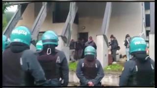 La polizia nell'ex dogana di Claviere