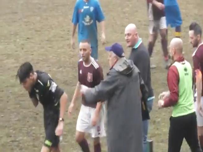 L'allenatore dà un pugno all'arbitro durante Oleggio-Carpignano: partita sospesa