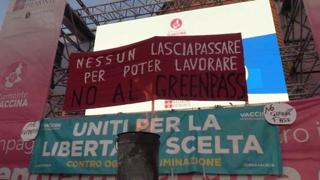 Green Pass, alla protesta di Torino bruciati i certificati in piazza